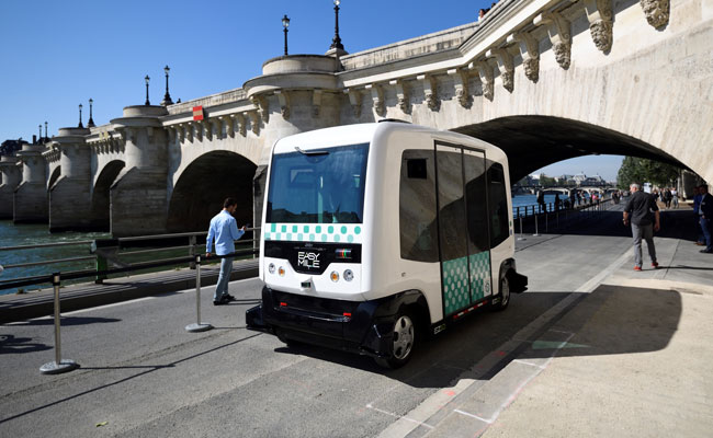 First test of driverless EZ10 minibus in Paris